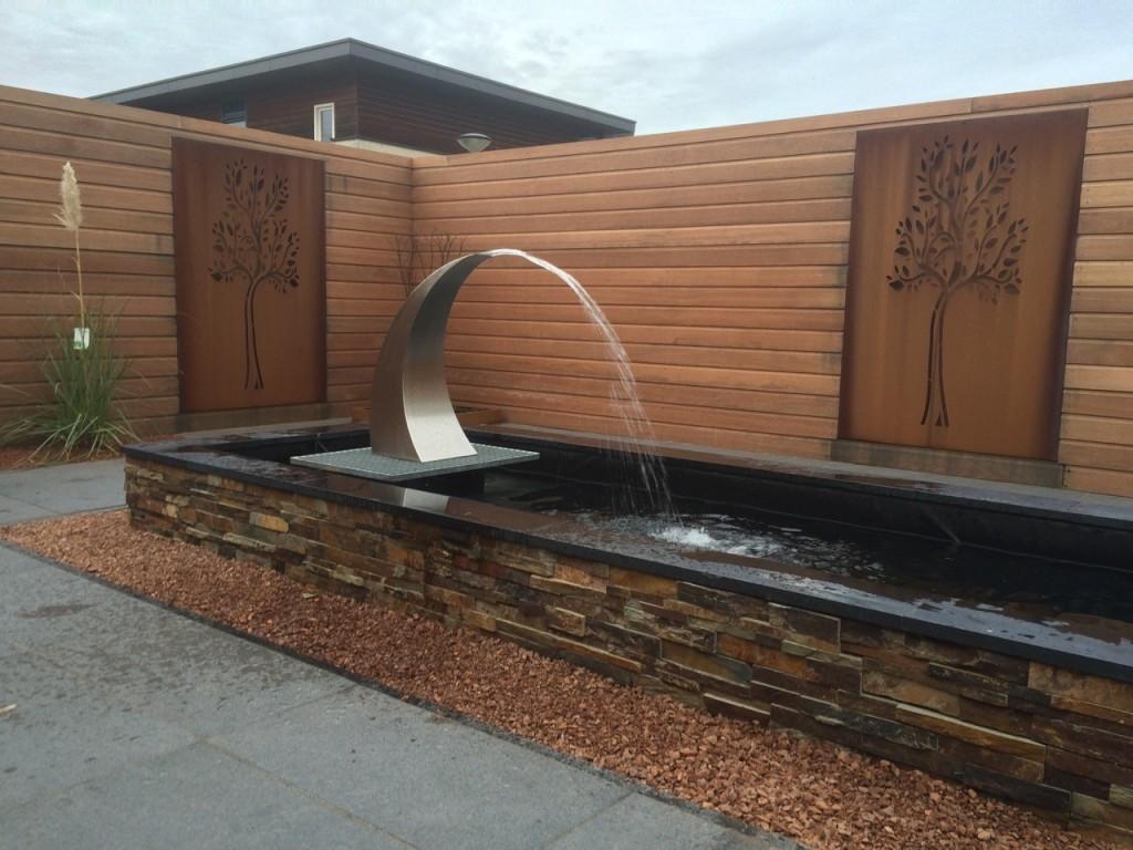 Vijver met RVS waterornament